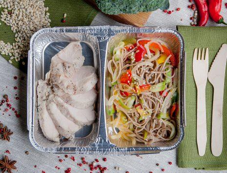 Жаркое из индейки, гречневая лапша с овощами - доставка здорового питания