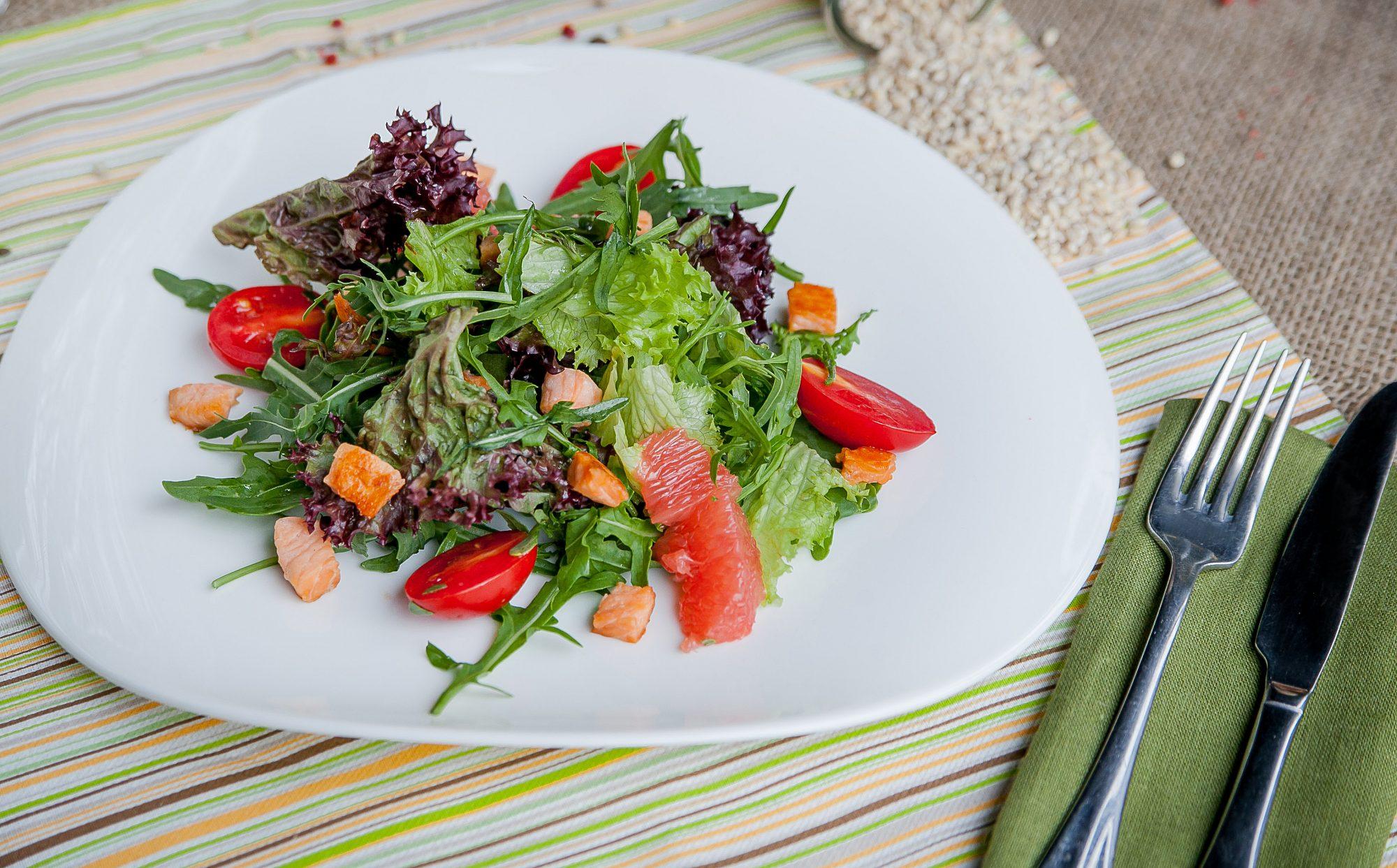 фото салат с лососем, рукколой, грейпфрутом и цитрусовой заправкой для ПП Харьков