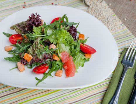 Салат с лососем, рукколой, грейпфрутом и цитрусовой заправкой - правильное питание с доставкой по Харькову