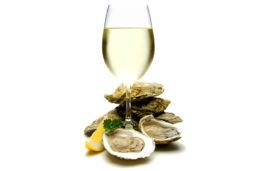 Устрицы с бокалом белого вина