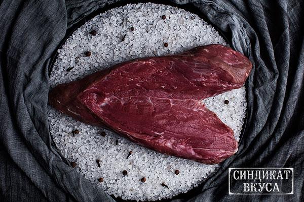 """Фото - стейк """"Топ-Блейд (Top-Blade)"""". Говяжье мясо. Как выглядит Стейк Топ-Блейд (Top-Blade) - фотография. Сейкхаус,Мясной ресторан Харькова - 44 Синдикат Вукса."""