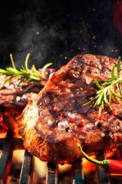 Все о стейках – как выбрать и готовить, особенности откорма и созревания, степени прожарки и разновидности стейков.